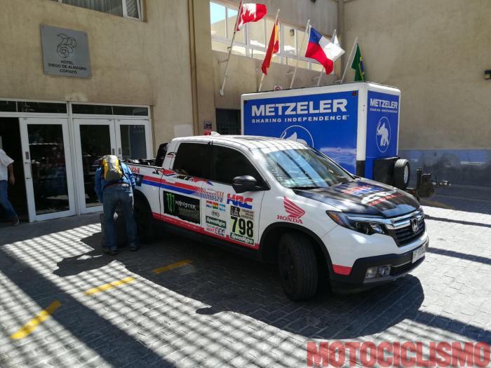 """Honda fornisce i mezzi di assistenza per l'impresa in Cile alla caccia di tre record di """"motociclismo in altura"""", a cui partecipa il nostro tester, Francesco Catanese"""