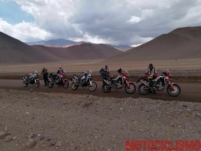 """La """"Scalata dei record"""" è un'impresa alla caccia di tre record di """"motociclismo in altura"""" tentata da un team di cui fa parte il nostro tester, Francesco Catanese. La moto usata è una Honda Africa Twin, il luogo è il Nevado Ojos de Salado, il vulcano attivo più alto del mondo (6.890 m), al confine nord tra Cile e Argentina."""