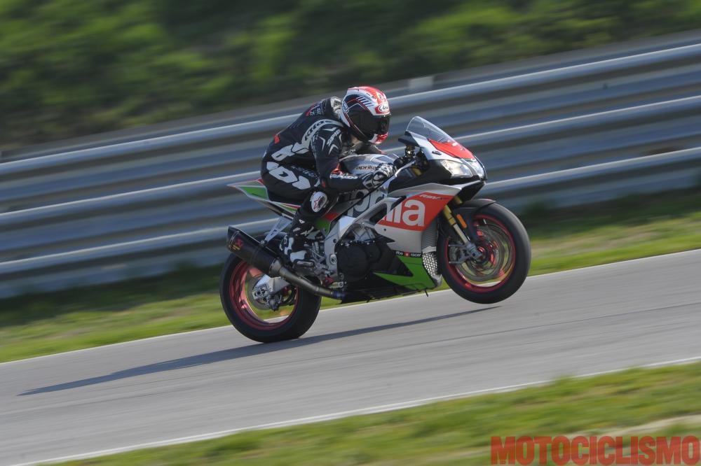 Aprilia RSV4 RF 2017: test in pista al Cremona Circuit di San Martino del Lago per la nuova versione della maxi sportiva di Noale. Per Motociclismo, guida Fabio Meloni