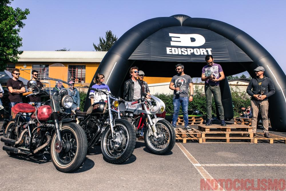 """The Bike Field 2017: la proclamazione delle moto vincitrici della categoria """"Best in show"""". Trionfa la Triumph di Elvis Brunetti (la moto è a destra, nella foto), seguita dalla Honda di Davide Gallon (al centro) e dalla... finta Indian di Max Raimondi"""
