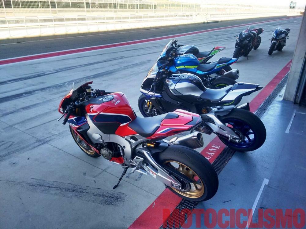 Comparativa Supersportive 2017: ai box di Alcanix con Aprilia RSV4 RF, BMW S 1000 RR, Ducati 1299 Panigale S, Honda CBR1000RR Fireblade SP, Kawasaki ZX-10RR, Suzuki GSX-R1000R, Yamaha YZF-R1M. Purtroppo la MV ha dovuto dare forfait per un problema al motore