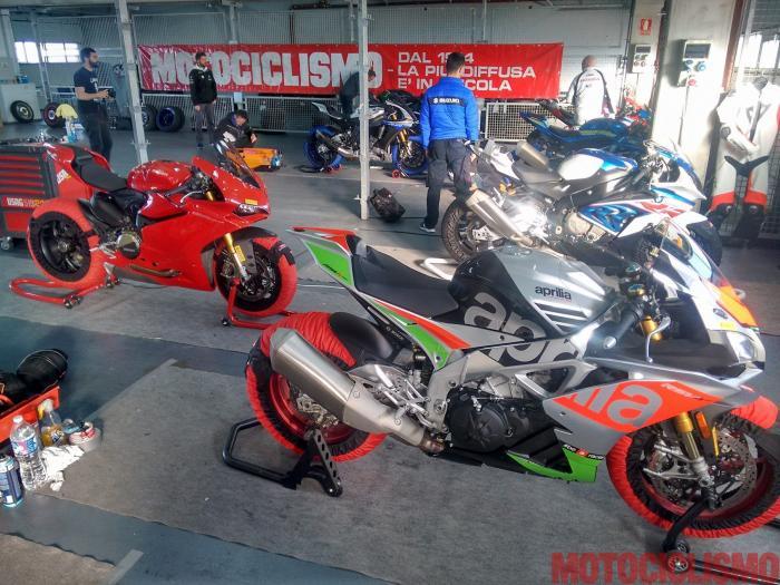"""Comparativa Supersportive 2017: ai box di Alcanix con Aprilia RSV4 RF, BMW S 1000 RR, Ducati 1299 Panigale S, Honda CBR1000RR Fireblade SP, Kawasaki ZX-10RR, MV Agusta F4 RC, Suzuki GSX-R1000R, Yamaha YZF-R1M. Qui le moto si preparano al day 2, quello in cui si """"faranno i tempi"""". Purtroppo la MV ha dovuto dare forfait per un problema al motore"""