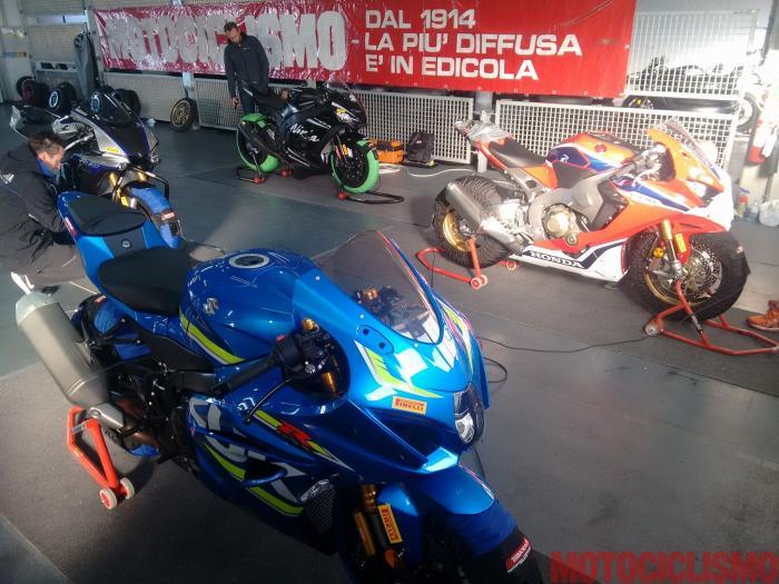 """Comparativa Supersportive 2017: ai box di Alcanix con Aprilia RSV4 RF, BMW S 1000 RR, Ducati 1299 Panigale S, Honda CBR1000RR Fireblade SP, Kawasaki ZX-10RR, MV Agusta F4 RC, Suzuki GSX-R1000R, Yamaha YZF-R1M. Qui le moto si preparano al day 2, quello in cui si """"faranno i tempi"""""""