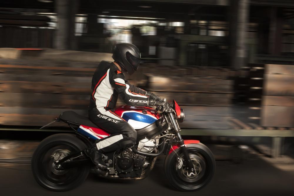 Il posteriore snello della Codacorta slancia la linea della moto, con un accenno di sportività. La sella è volutamente non estrema, in modo da poter trasportare anche il passeggero.