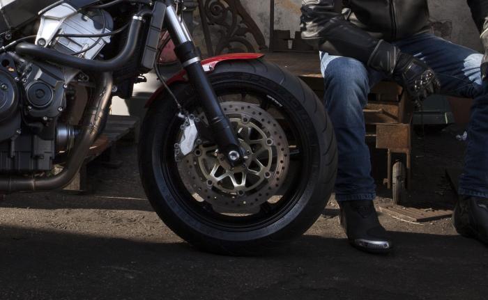 L'impianto frenante della Codacorta è stato migliorato con l'utilizzo di pompe freno racing con pastiglie in mescola; i cerchi montano pneumatici Metzeler Sportec M3