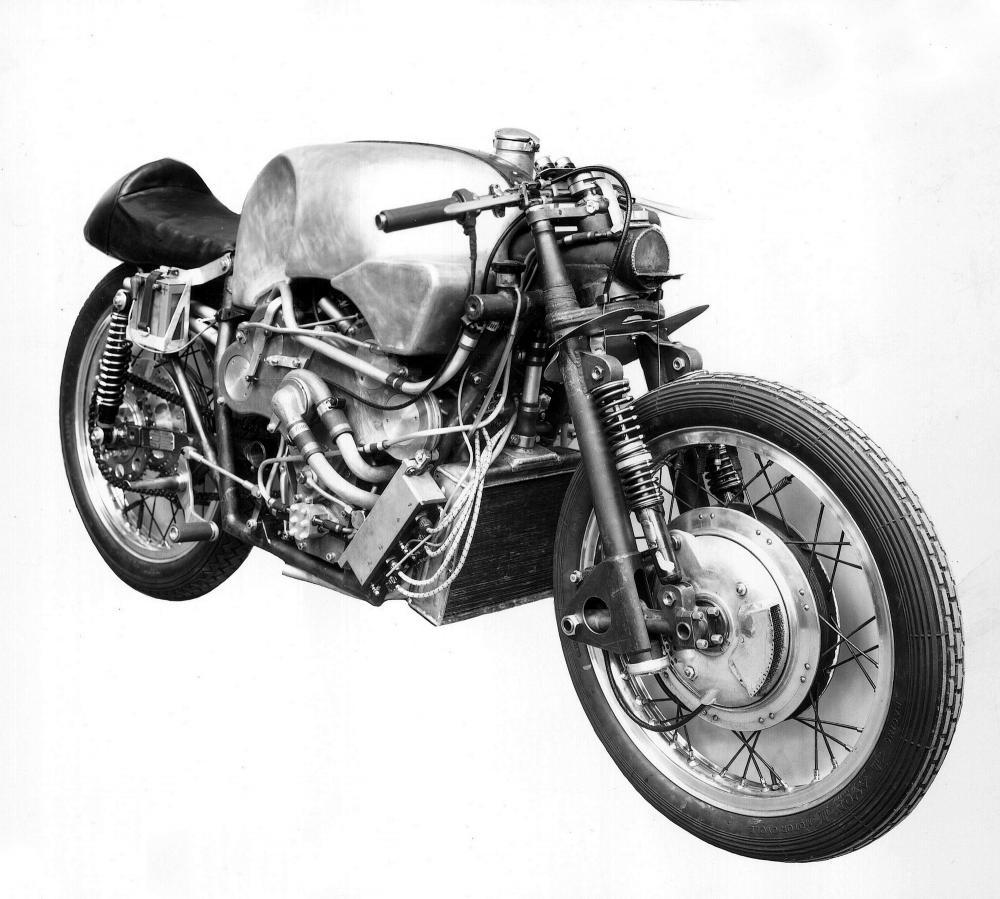 Moto Guzzi 8 cilindri GP 500 (1955-57): bellissima foto ufficiale rilasciata ai giornali dalla Moto Guzzi nel 1956. Gilera ed MV Agusta erano più restie a rilasciare informazioni e anche ai box celavano le moto ai fotografi.
