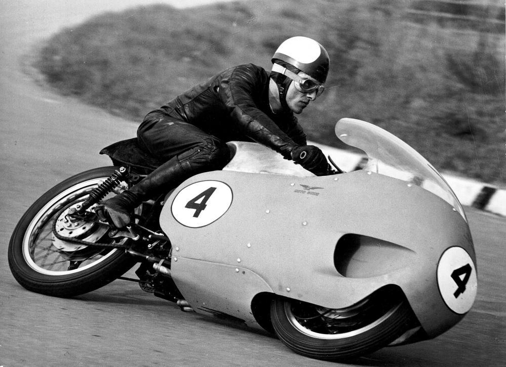 Moto Guzzi 8 cilindri GP 500 (1955-57): Giuseppe Colnago, che arriva dalla Gilera 500 4 cilindri, è perfettamente a suo agio con la moto di Mandello del Lario e vince a Siracusa nel marzo del 1957. Si tratta della prima (di due) vittorie che la 8 cilinddri Guzzi porterà a casa. Il pilota lombardo della 8 cilindri apprezzerà la velocità massima e la stabilità in frenata data dalla forcella a biscottini oscillanti inferiori