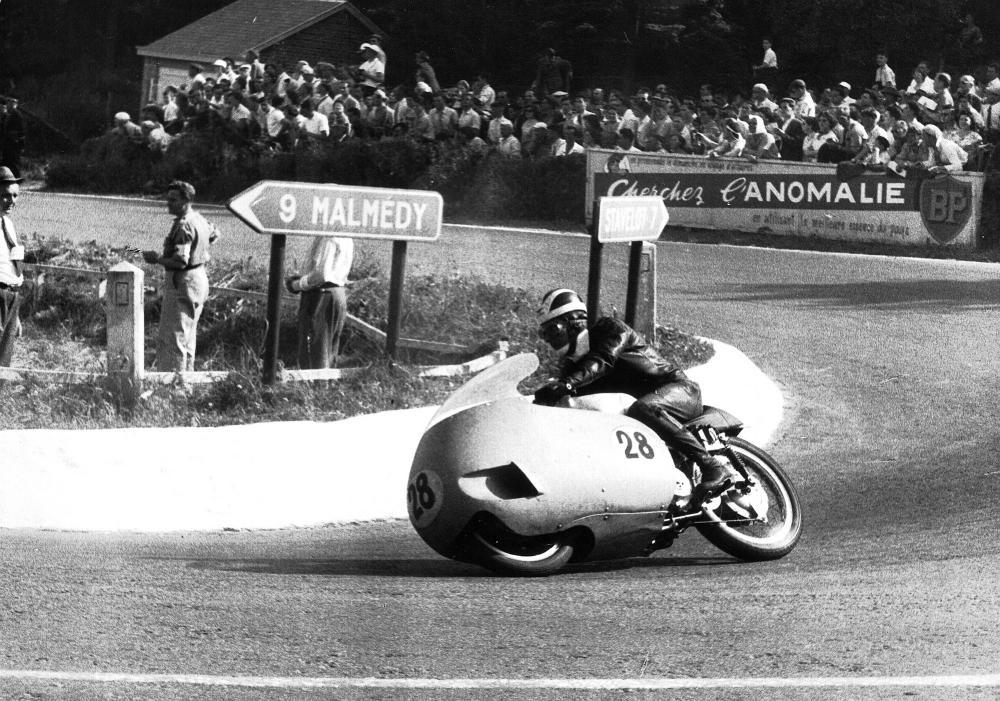 Moto Guzzi 8 cilindri GP 500 (1955-57): Bill Lomas al Gran Premio del Belgio a Spa-Francorchamps nel 1956. Si ritirerà, per problemi alle punterie, quando era terzo.