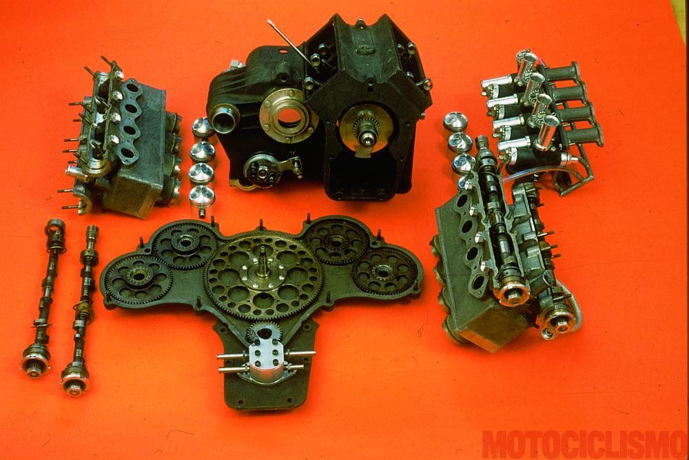 """Moto Guzzi 8 cilindri GP 500 (1955-57): 8 cilindri 4 tempi a V di 90º, con distribuzione a due alberi a camme in testa per bancata e due valvole per cilindro, cilindrata unitaria di 62,3 cc per un totale di 498,5 cm³ (alesaggio 44 mm, corsa 41 mm). Raffreddamento ad acqua, accensione a spinterogeno e lubrificazione a carter secco. Potenza massima (nell'ultima versione, del 1957) 80 CV, velocità max di 282 km/h, riscontrata all'uscita della base di 10 km durante il tentativo (riuscito) di record sulla """"fettuccia"""" di Terracina da parte di Bill Lomas"""