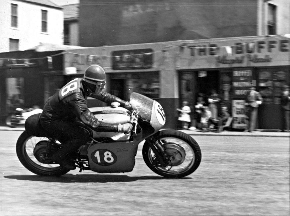 Moto Guzzi 8 cilindri GP 500 (1955-57): Dickie Dale al TT dell'isola di Man del 1957 con la carenatura non più a campana.