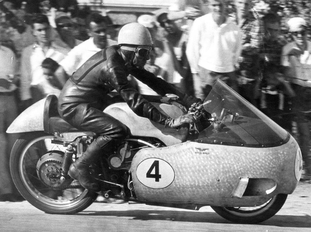 Moto Guzzi 8 cilindri GP 500 (1955-57): Ken Kavanagh è il primo pilota ad usarla in gara. Eccolo a Senigallia nel luglio 1955: non correrà per problemi di raffreddamento motore.