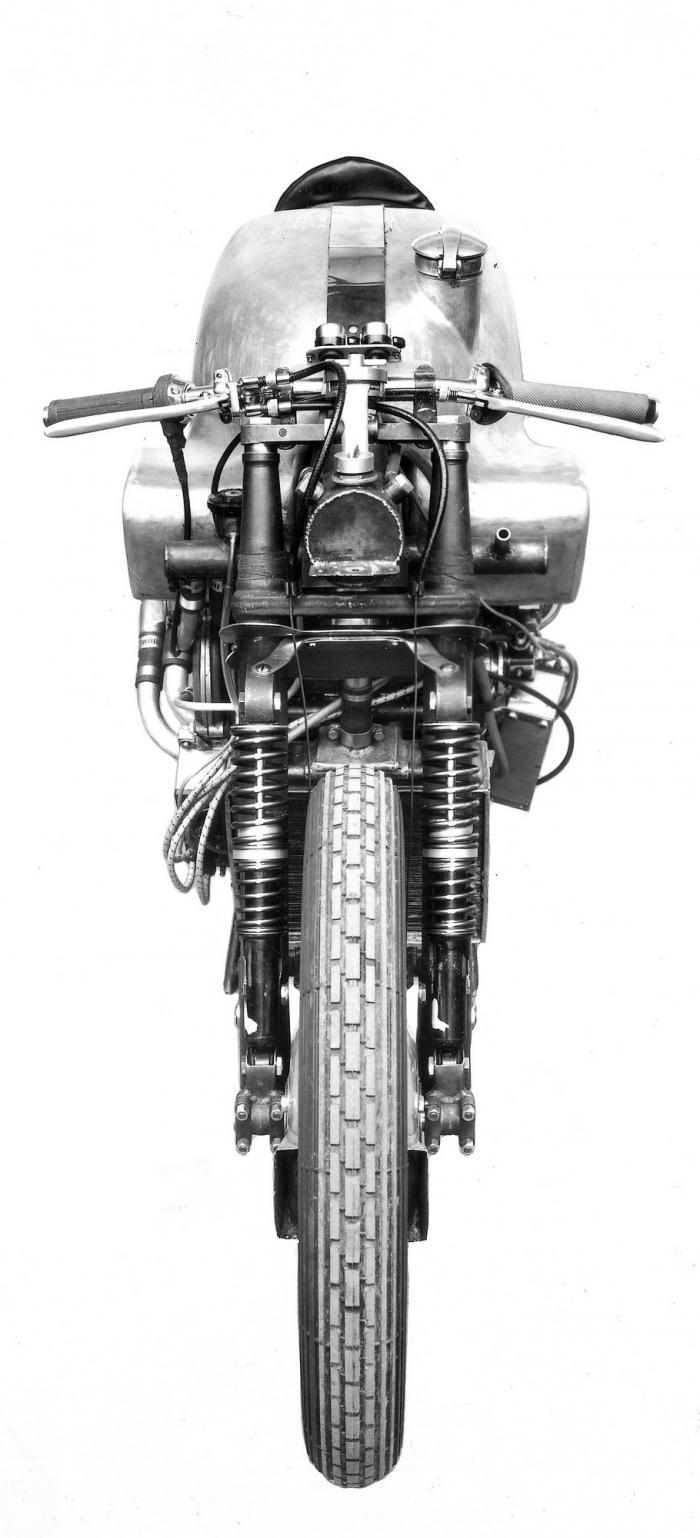 Moto Guzzi 8 cilindri GP 500 (1955-57): la sottile silhouette della GP che aveva una sezione frontale poco più larga di quella di una concorrente mono.
