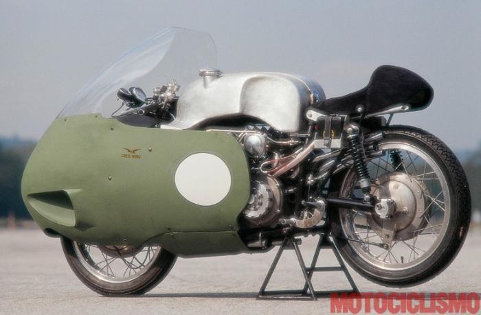 Moto Guzzi 8 cilindri GP 500 (1955-57): in posa alla pista pirelli di Vizzola Ticino (VA) in occasione del servizio fotografico realizzato da Motociclismo d'Epoca nel 1995