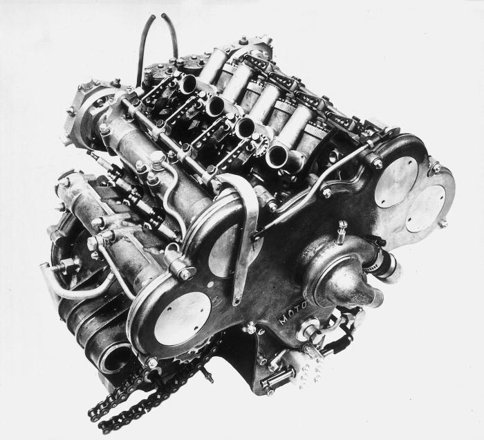 Moto Guzzi 8 cilindri GP 500 (1955-57): immagine riferita al motore del 1956, che mostra la disposizione inclinata delle candele e i carburatori con i lunghi cornetti d'aspirazione.