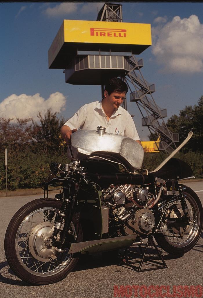 """Moto Guzzi 8 cilindri GP 500 (1955-57): Giuseppe Todero (figlio di Umberto), """"sveste"""" la moto alla pista pirelli di Vizzola Ticino (VA) in occasione del servizio fotografico realizzato da Motociclismo d'Epoca nel 1995"""
