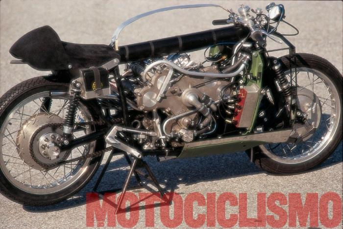 Moto Guzzi 8 cilindri GP 500 (1955-57): in posa senza carena e serbatoio alla pista pirelli di Vizzola Ticino (VA) in occasione del servizio fotografico realizzato da Motociclismo d'Epoca nel 1995