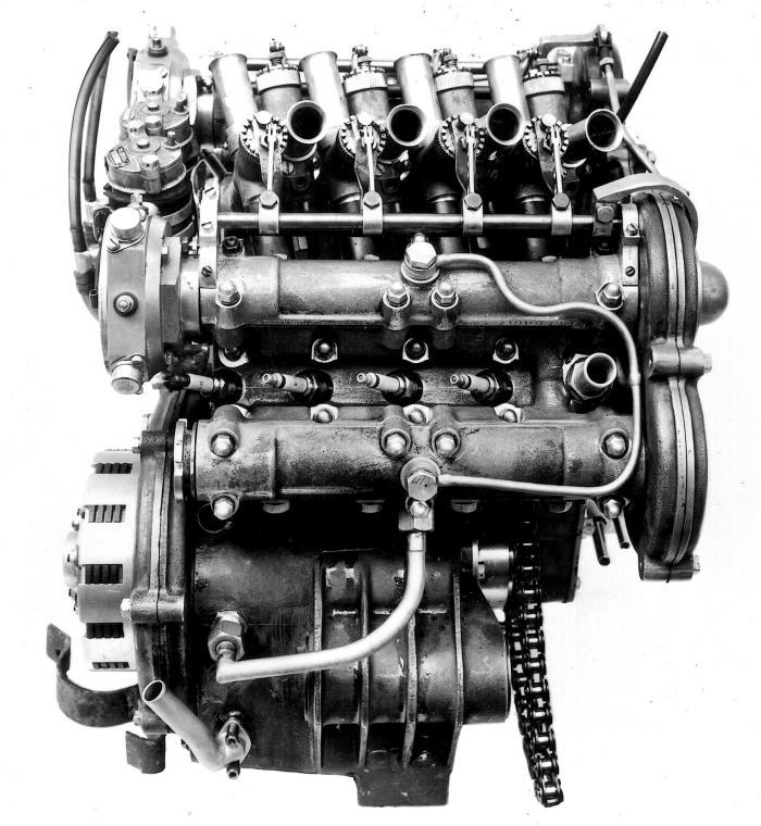 Moto Guzzi 8 cilindri GP 500 (1955-57): immagine riferita al motore del 1956, che mostra la disposizione inclinata delle candele e i carburatori con i lunghi cornetti d'aspirazione. Le vaschette di alimentazione del carburante sono due sulla sinistra, in mezzo ai ruttori di accensione.