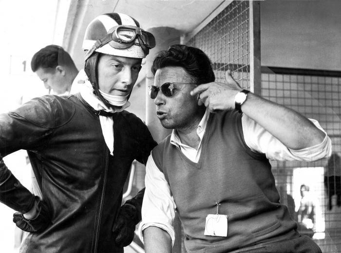 Moto Guzzi 8 cilindri GP 500 (1955-57): Bill Lomas a colloquio con l'ingegner Carcano al GP delle Nazioni a Monza nel 1956. Il forte pilota inglese, due volte mondiale con la Guzzi 350, non poté correre con la 8 cilindri per una caduta a Lesmo proprio con la 350