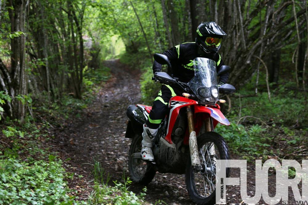 Honda CRF250 Rally: la posizione di guida è naturale, la sella è morbida e comoda, leggermente più larga di una enduro racing