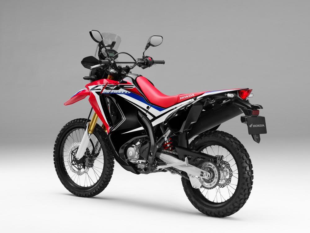 """Honda CRF250 Rally: nasce come """"tuttofare"""" per gli spostamenti quotidiani, le gite del fine settimana e i viaggi avventura, ma può essere usata anche su percorsi sterrati poco impegnativi"""