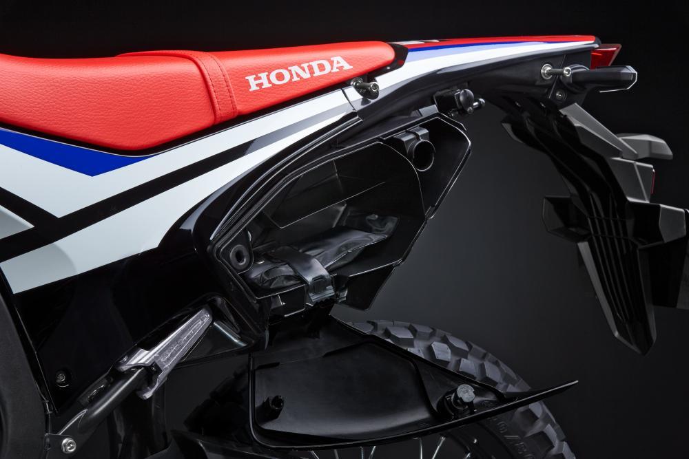 Honda CRF250 Rally: la moto è rifinita con la cura che Honda riserva alla produzione stradale: notate il fianchetto porta attrezzi.