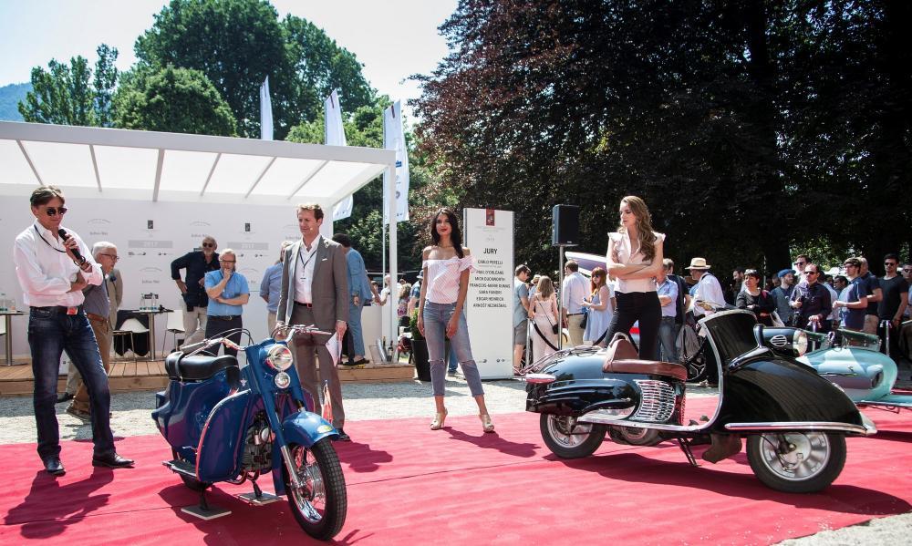 Concorso di Motociclette 2017: la premiazione della Classe B. A destra lo scooter vincitore (Bastert Einspurauto, 1952), a sinistra il Rumi Scoiattolo del 1954, 3° classificato