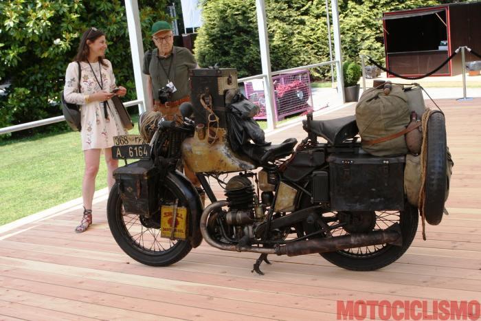 Concorso di Motociclette 2017: la moto vincitrice come Best in Show, la Puch 250 Indien-Reise del 1933. Nella foto, il presidente della giuria del Concorso, Carlo Perelli (direttore di Motociclismo d'Epoca) osserva la moto in... buona compagnia