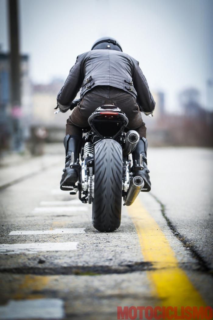 """Il motore della Ducati Scrambler special """"Essenza"""" by South Garage si fa sentire attraverso lo scarico artigianale (che, ci dicono, garantisce anche qualche CV in più): il bicilindrico bolognese suona corposo e ci sembra persino più elastico."""