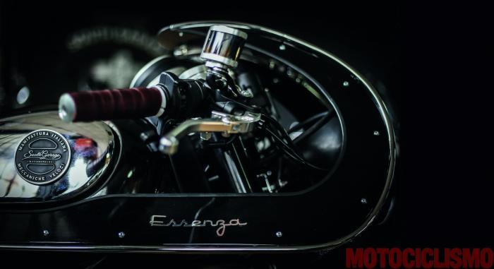 """La parte frontale della Ducati Scrambler special """"Essenza"""" by South Garage è carratterizzata da una semicarenatura squadrata avvolgente"""
