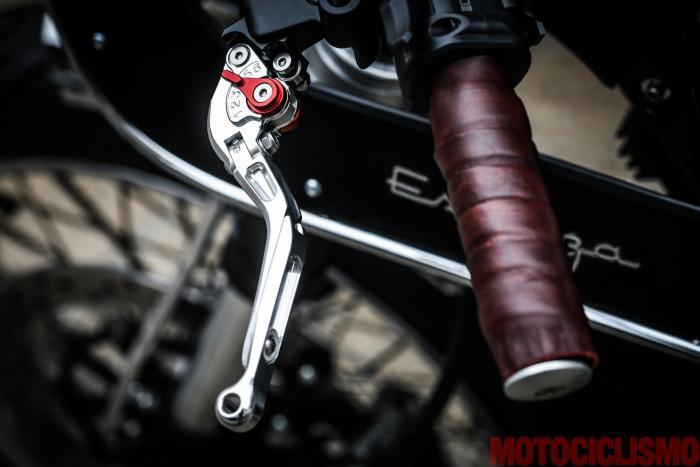 """Sulla Ducati Scrambler special """"Essenza"""" by South Garage le leve di freno (la pompa è di tipo radiale) e frizione in ergal sono regolabili su 5 posizioni e hanno entrambe uno snodo anti rottura."""