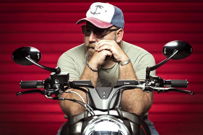 """Paolo Pozzato, fondatore di Officine GP Design, seduto su """"Vittoria"""", la sua ultima special, realizzata sulla base di una Harley-Davidson Dyna m.y. 2010 -2011"""