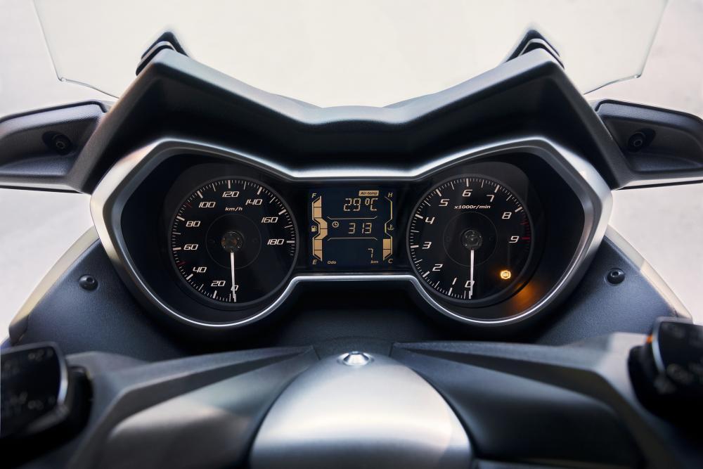 Il cruscotto della versione 2018 dell'X-Max 400: completo e ispirato al mondo automobilistico