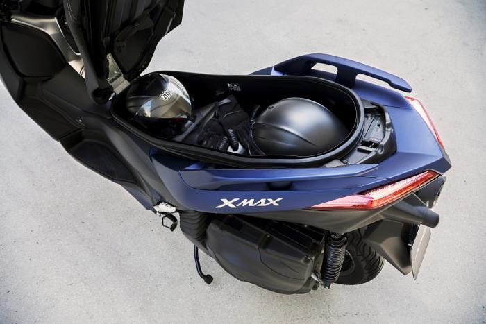 Punto di forza di tutta la gamma X-Max, il vano sottosella del nuovo 400 ospita due caschi integrali