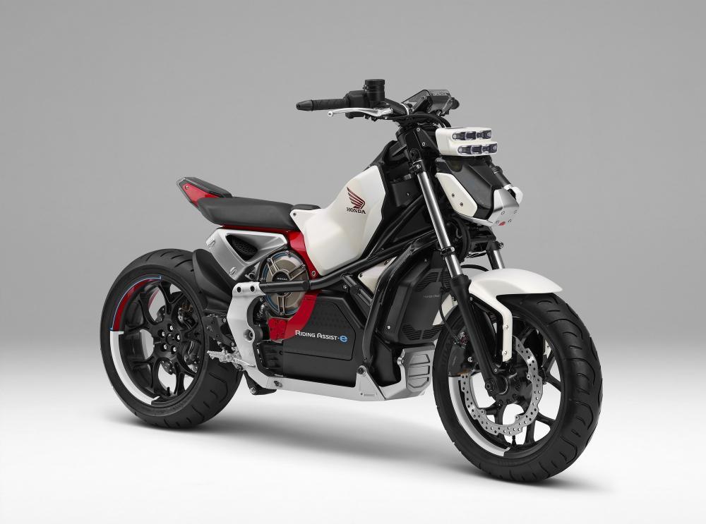 Honda Riding Assist-e è una moto, 100% elettrica, in grado di stare in equilibrio da sola. Si presenta con un look futuristico ricco di spigoli, sella monoposto e con le sovrastruttre ridotte al minimo