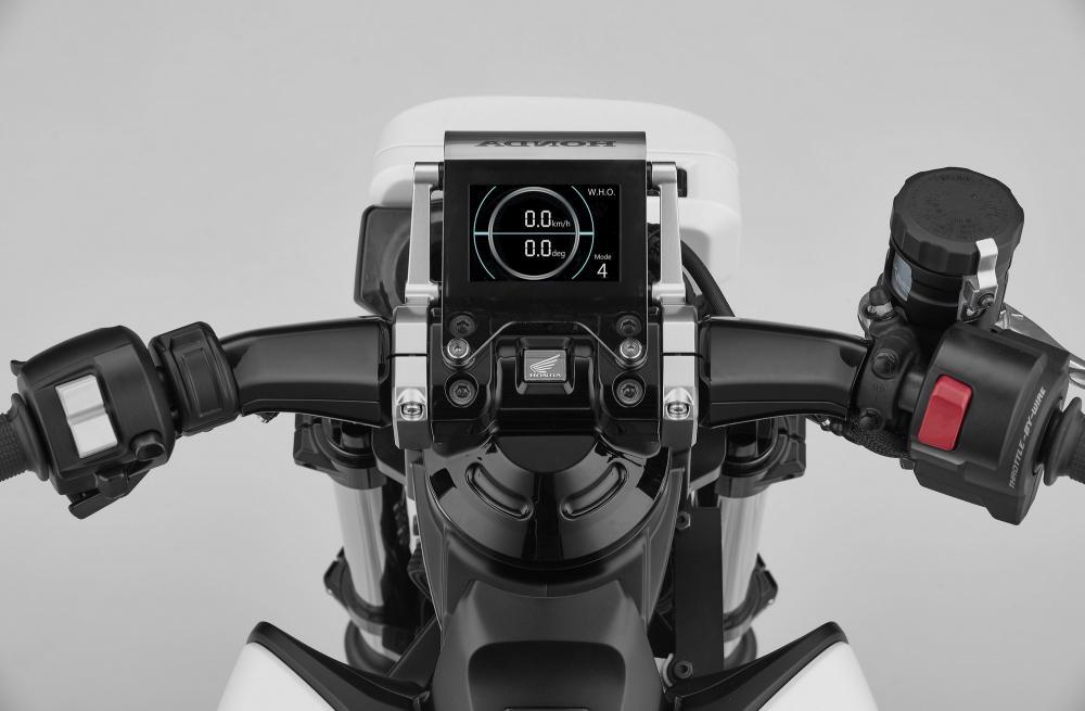 """La strumentazione dell'Honda Riding Assist-e è iper-tecnologica: oltre alle classiche informazioni di viaggio, viene mostrato anche l'angolo di piega. La scritta """"Mode"""" posta in basso sul display ci fa ipotizzare che siano disponibili anche varie mappature del motore"""