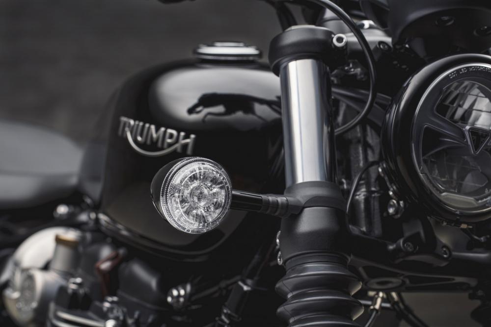 Triumph Bonneville Bobber Black 2018. Nella foto si possono notare il faro e le frecce a LED