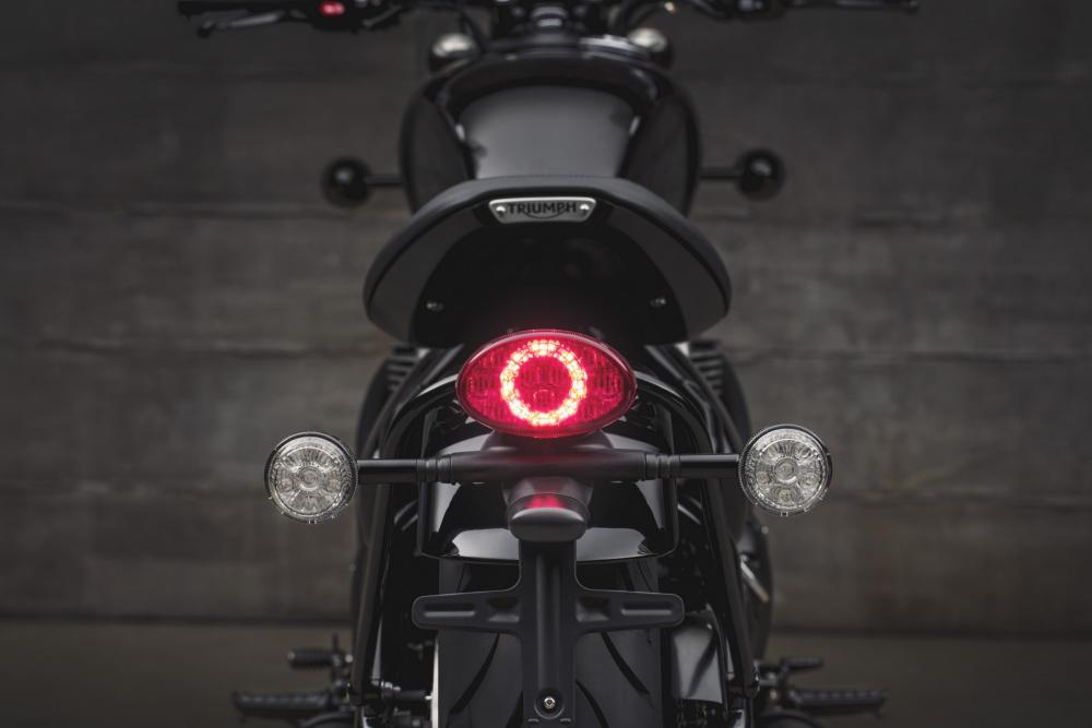 Triumph Bonneville Bobber Black 2018: la parte posteriore, con il nuovo faro e le frecce a LED