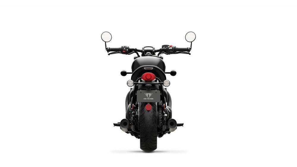 La nuova Triumph Bonneville Bobber Black, vista posteriormente