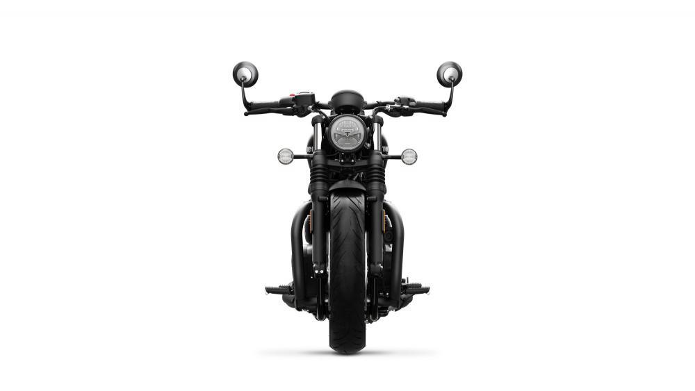 La nuova Triumph Bonneville Bobber Black, vista frontalmente
