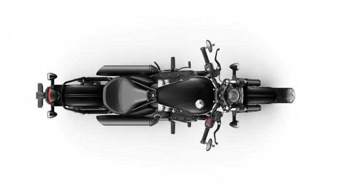 La Triumph Bonneville Bobber Black 2018 vista dall'alto