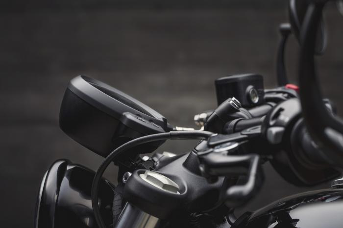 Triumph Bonneville Bobber Black 2018: la strumentazione può essere inclinata o sollevata verso il pilota a piacimento