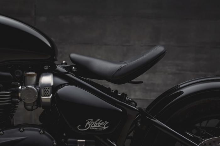 Triumph Bonneville Bobber Black 2018. Nella foto il particolare della sella a sbalzo