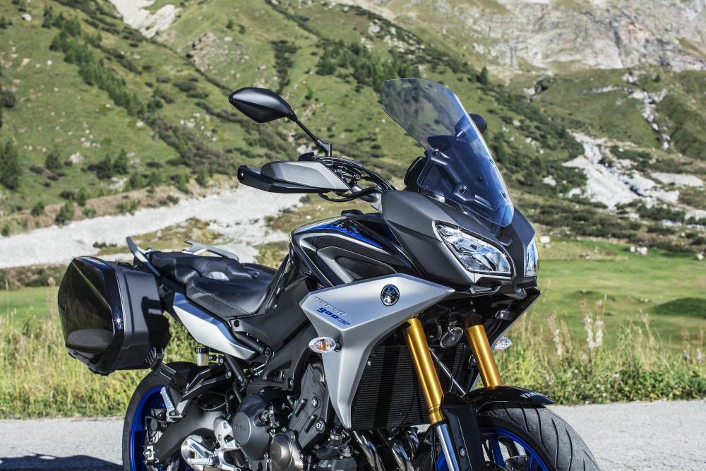 La nuova Tracer 900 GT è equipaggiata, di serie, con borse laterali rigide in tinta con la livrea