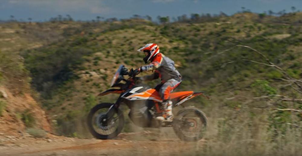 Il prototipo KTM 790 Adventure R in azione
