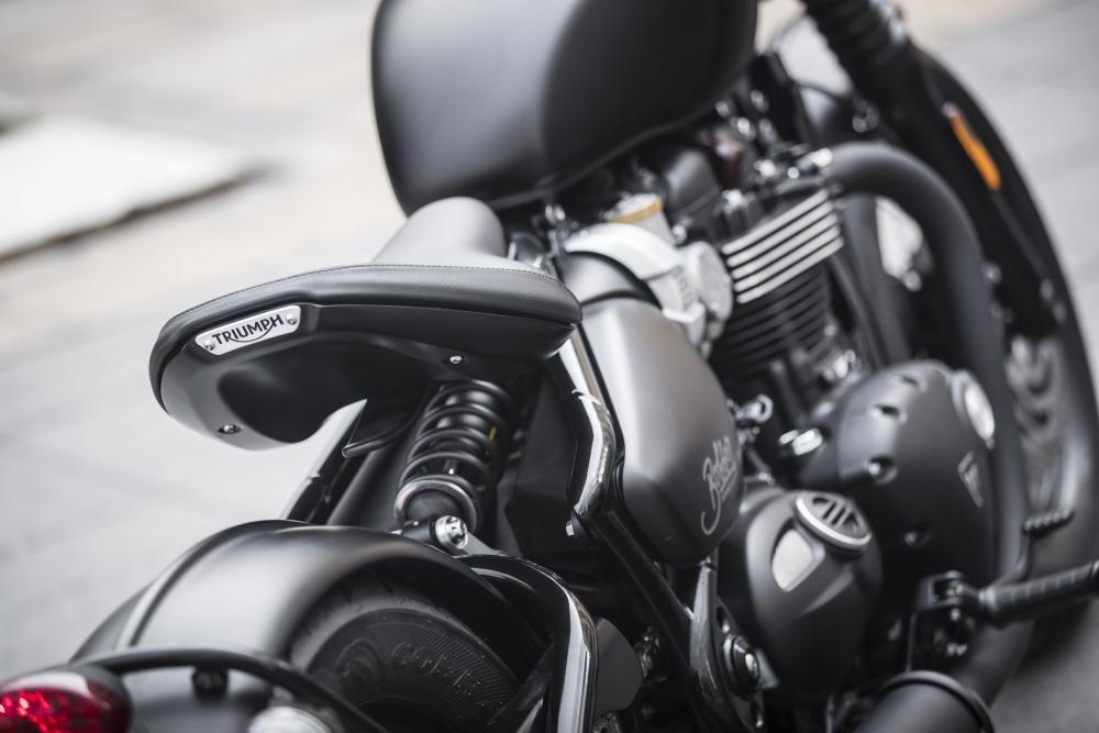 Vista posteriore della Triumph Bonneville Bobber Black 2018