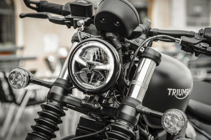 Vista anteriore della Triumph Bonneville Bobber Black 2018