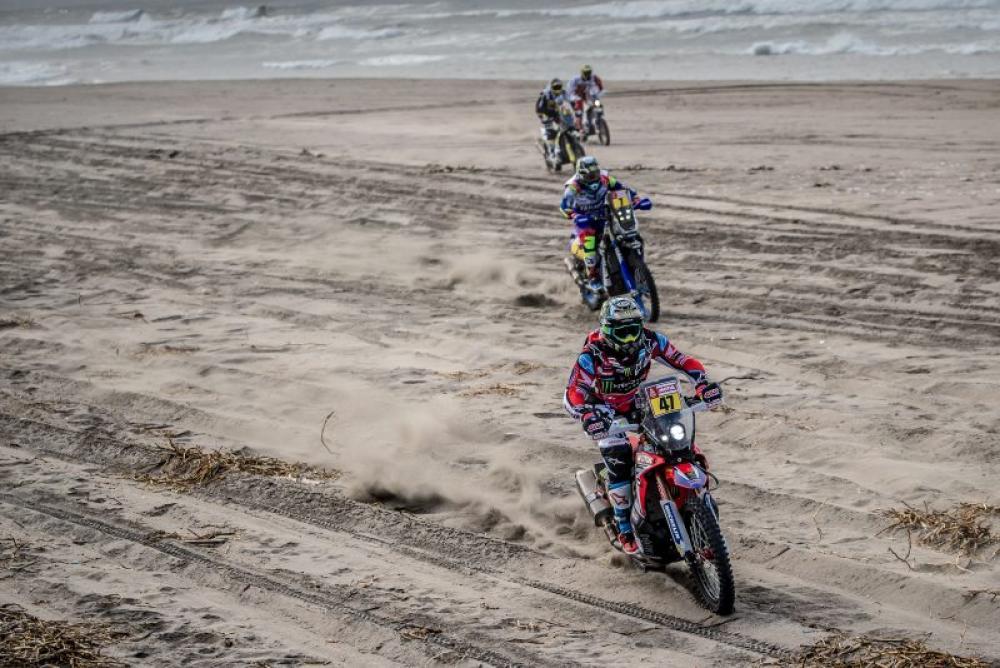 Kevin Benavides in sella alla sua Honda nella quarta tappa della Dakar 2018