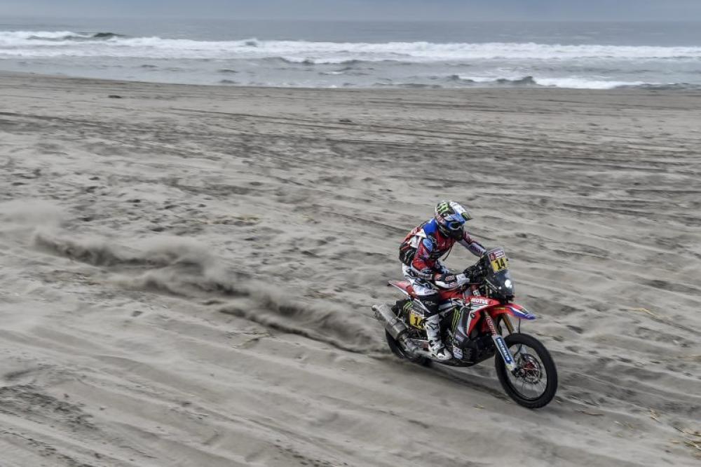 Michael Metge in sella alla sua Honda nella quarta tappa della Dakar 2018