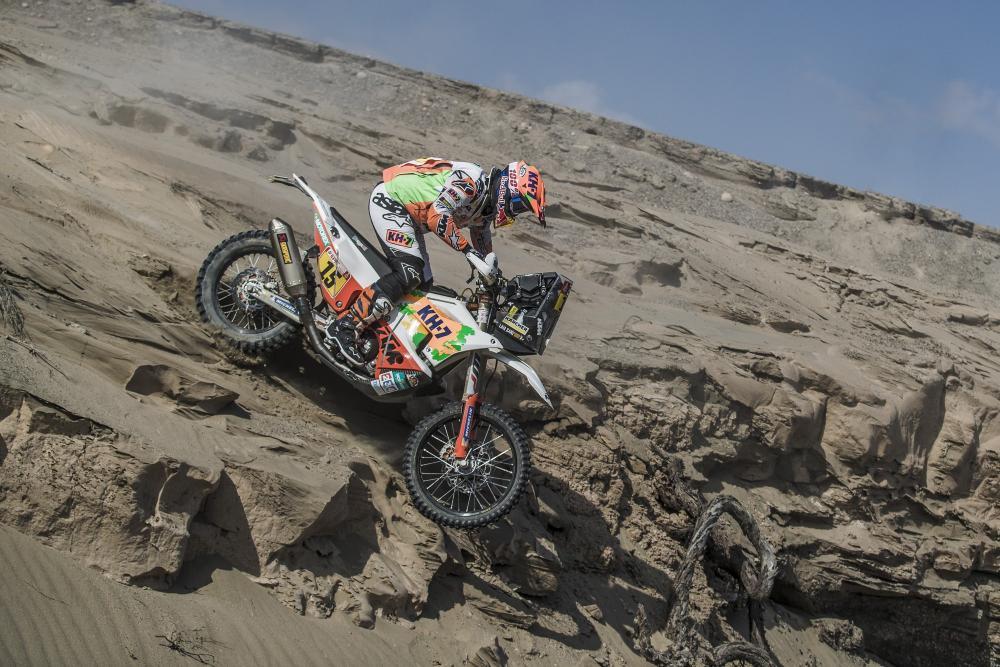 Laia Sanz in sella alla sua KTM nella quarta tappa della Dakar 2018