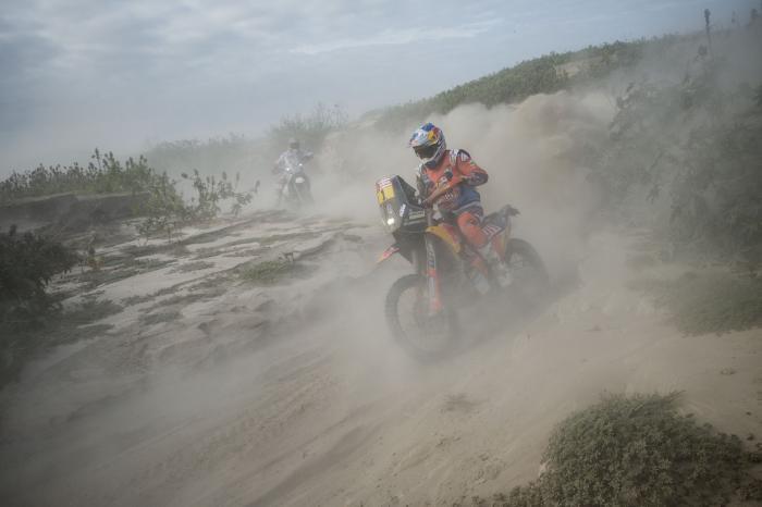 Sam Sunderland in sella alla sua KTM nella quarta tappa della Dakar 2018